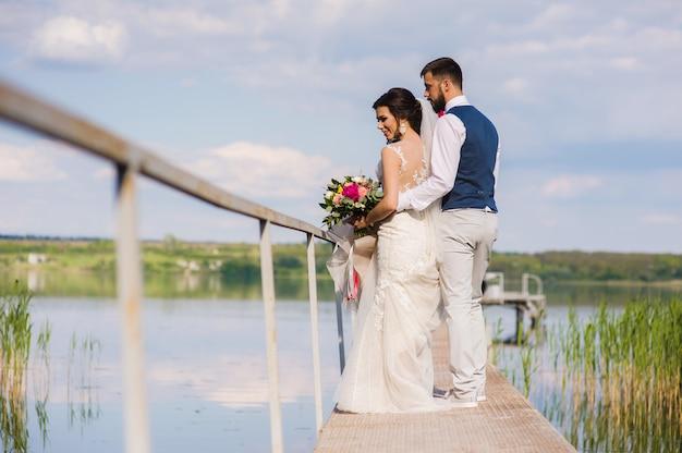 Piękny ślub para przytulanie na bringe