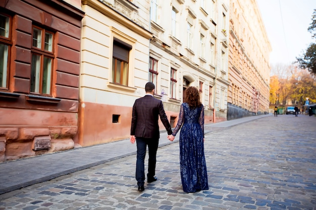 Piękny ślub para spaceru w dniu ślubu