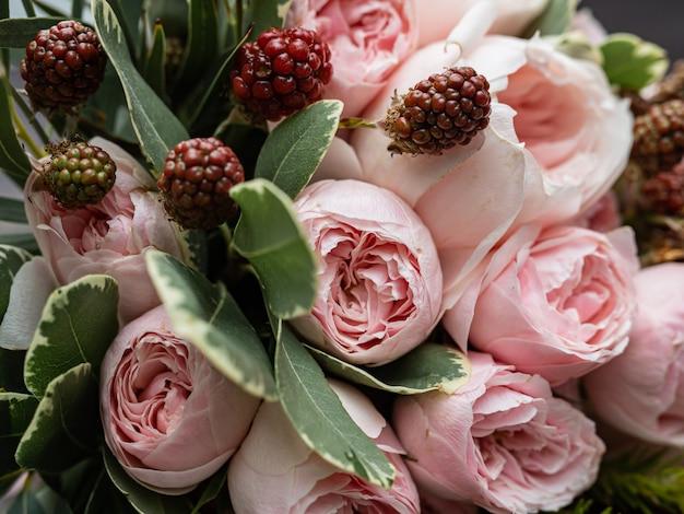 Piękny ślubny bukiet krzewów i piwonii delikatnie różowych róż.