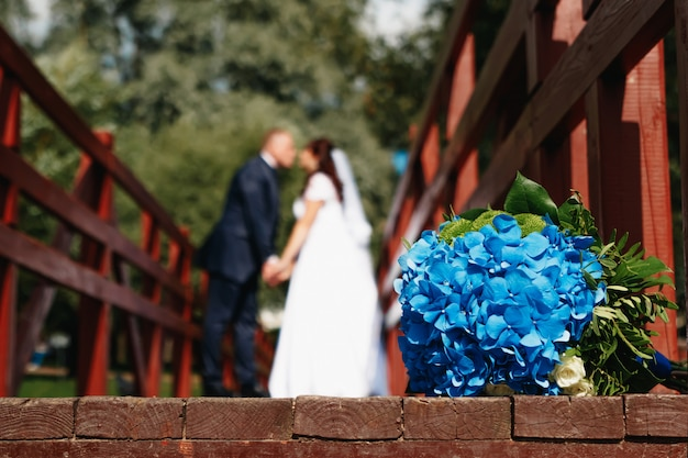 Piękny ślubny bukiet na zielonym gazonie przeciw tłu zamazującemu