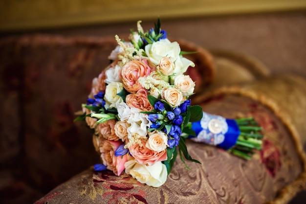Piękny ślubny bukiet ślubny, leżąc na krześle
