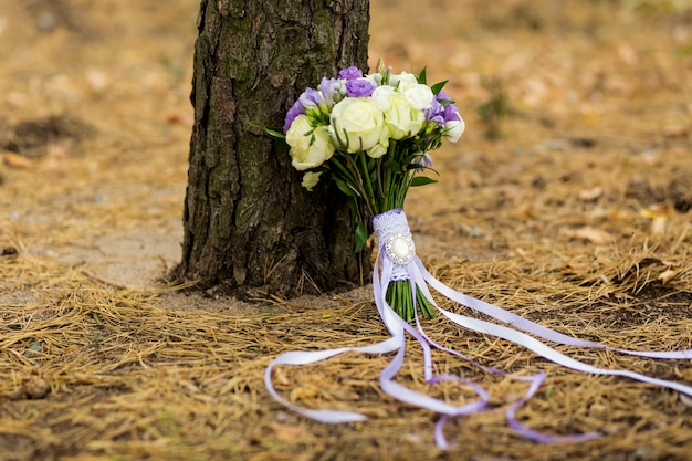 Piękny ślubny bukiet ślubny leżącego na drzewie