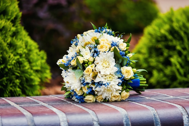 Piękny ślubny bukiet ślubny leżącego na kamieniu