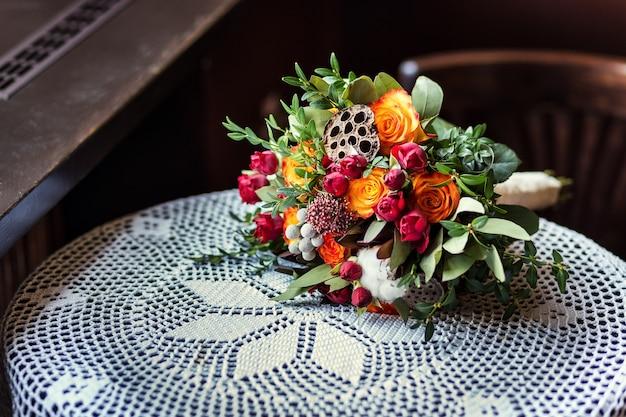 Piękny ślubny bukiet ślubny leżącego na stole