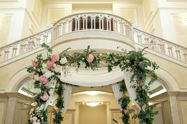 Piękny ślubny huppah ozdobiony świeżymi świeżymi kwiatami z hortensji i eukaliptusa