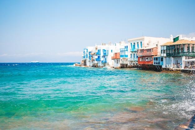 Piękny słynny punkt little venice na wyspie mykonos w grecji, cyklady