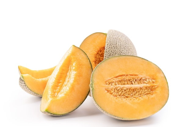 Piękny smaczny pokrojony soczysty melon kantalupa, muskmelon, melon rock na białym tle, bliska, ścieżka przycinająca, wyciąć.