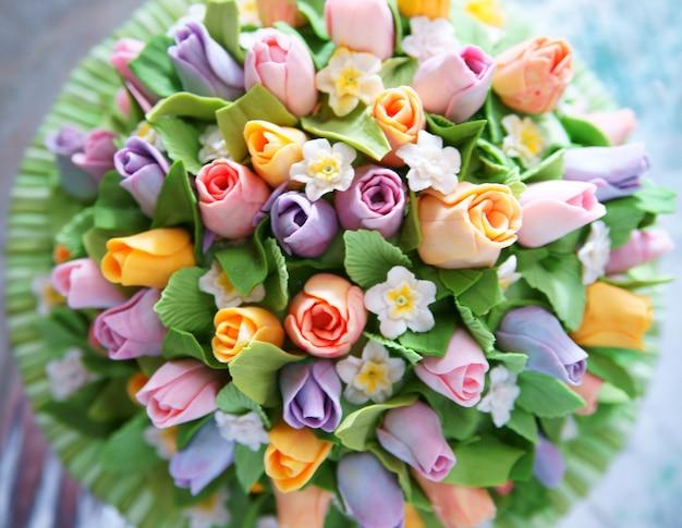 Piękny smaczny tort z różami kremu