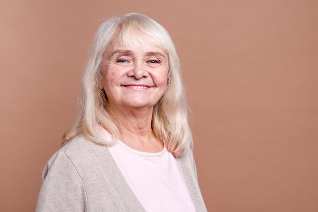 Piękny smiley starszej kobiety środka strzał