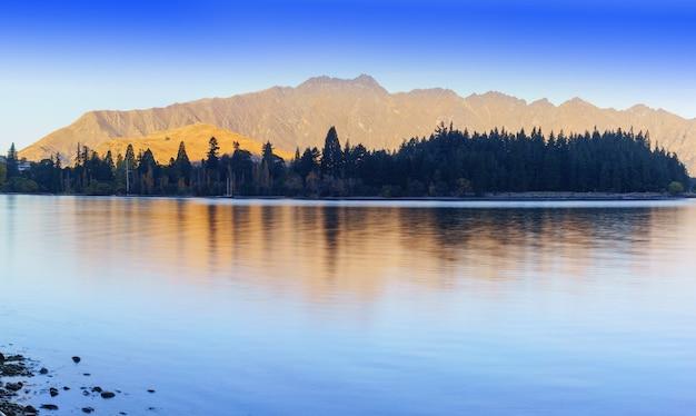 Piękny spokój jeziora wakatipu w queenstown jesienią na wyspie południowej nowej zelandii