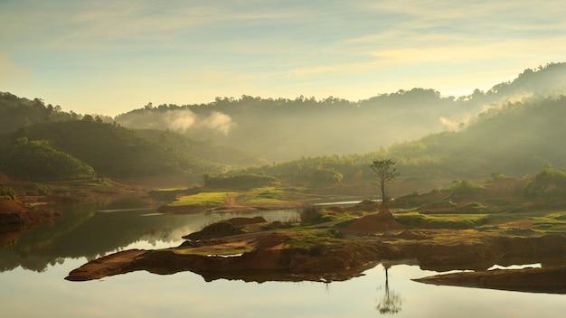 Piękny spokojny panorama krajobraz jezioro we mgle