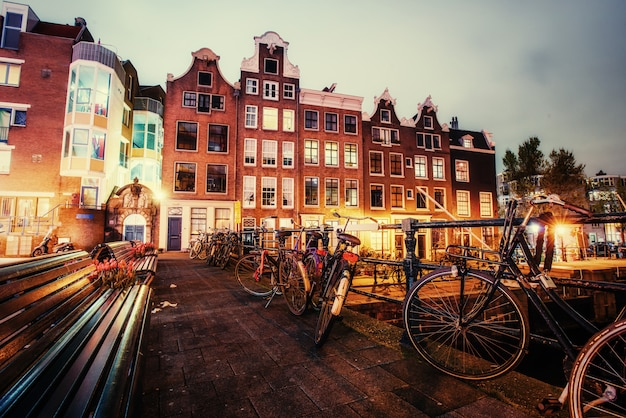Piękny spokojny widok nocy amsterdamu