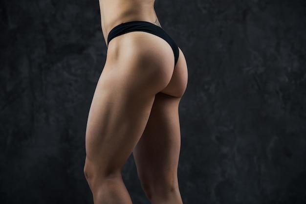 Piękny sportowy tyłek z bliska. idealne kobiety seksowne pośladki w bieliźnie. czysta zdrowa skóra. część ciała.
