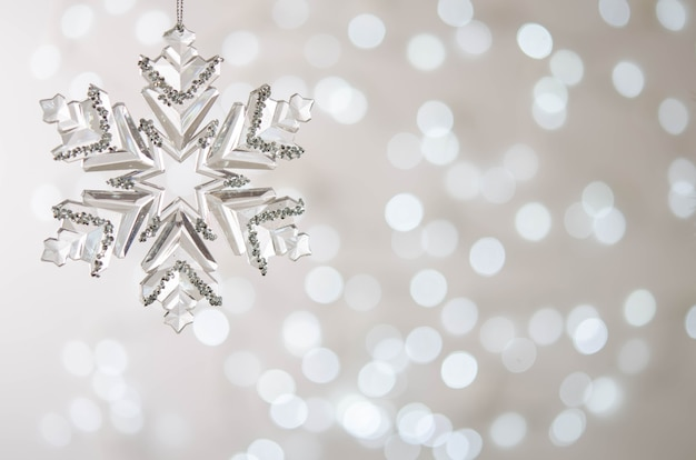 Piękny srebrny płatek śniegu na śnieżnym tle