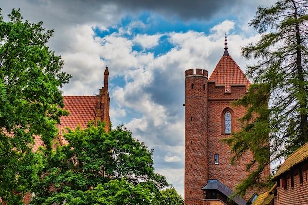 Piękny średniowieczny gotycki zespół zamkowy - zamek w malborku, polska.