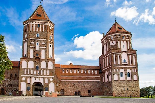 Piękny średniowieczny zamek na błękitnym niebie.