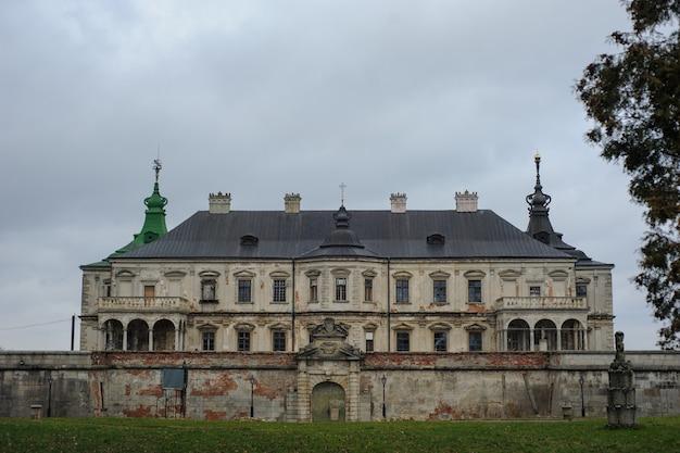 Piękny średniowieczny zamek pidhirtsi na ukrainie