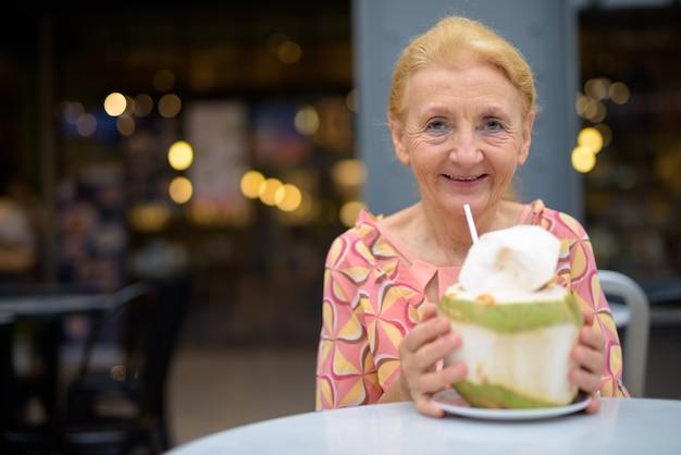 Piękny starszy turysta kobieta w plenerze z blond włosami