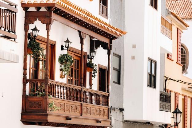 Piękny stary drewniany balkon na teneryfie na wyspach kanaryjskich w hiszpanii