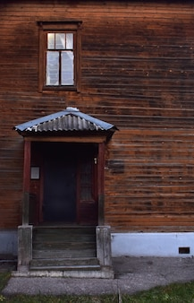 Piękny stary drewniany dom