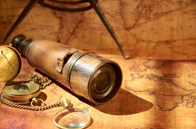 Piękny stary kompas leżący obok wstydliwej fajki
