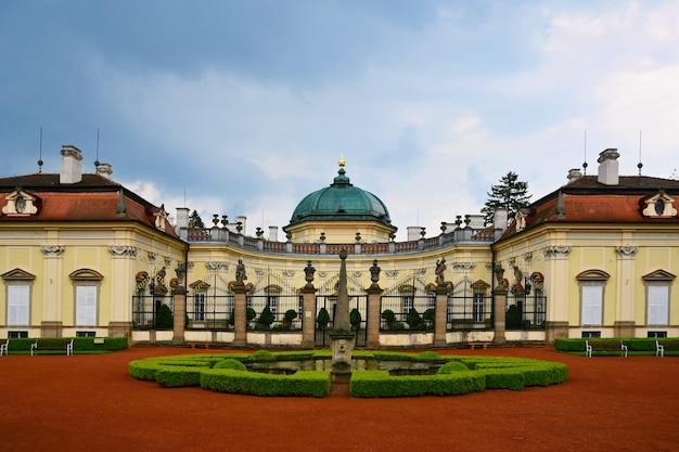 Piękny stary zamek buchlovice-czechy