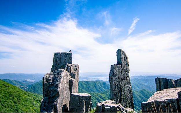 Piękny stojący kamień w moutain mudeungsan, gwangju, korea południowa.