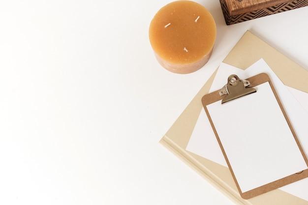 Piękny stół biurowy do pracy w domu z drewnianą szkatułką, świecą, albumami