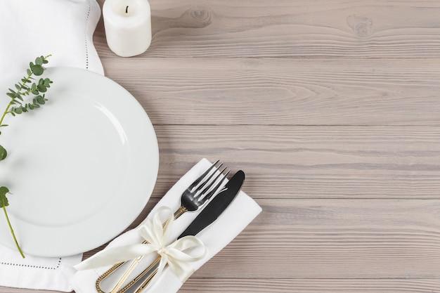Piękny stół rustykalny ustawienie na drewnianym stole