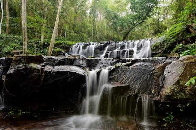 Piękny strumień wodospadu.