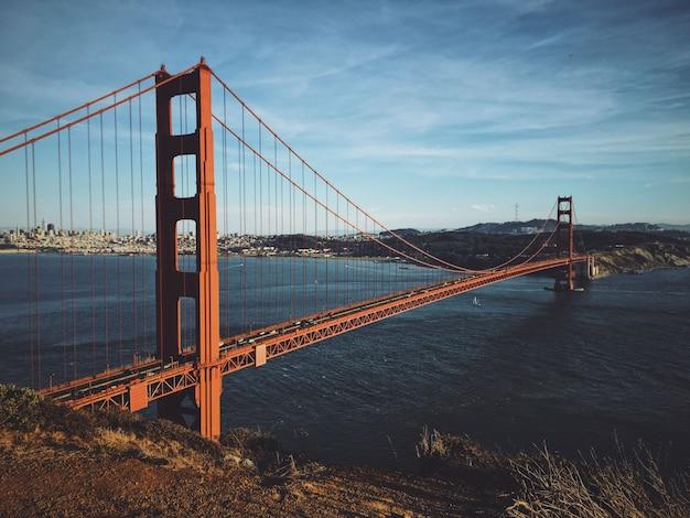 Piękny strzał golden gate bridge na słonecznym dniu