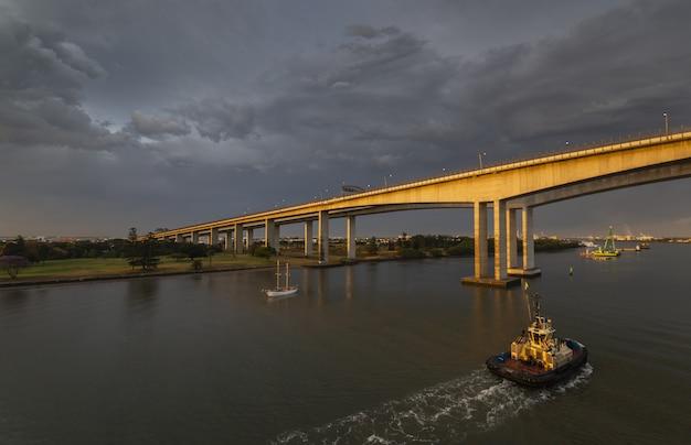 Piękny strzał historyczny brisbane gateway bridge podczas ponurej pogody