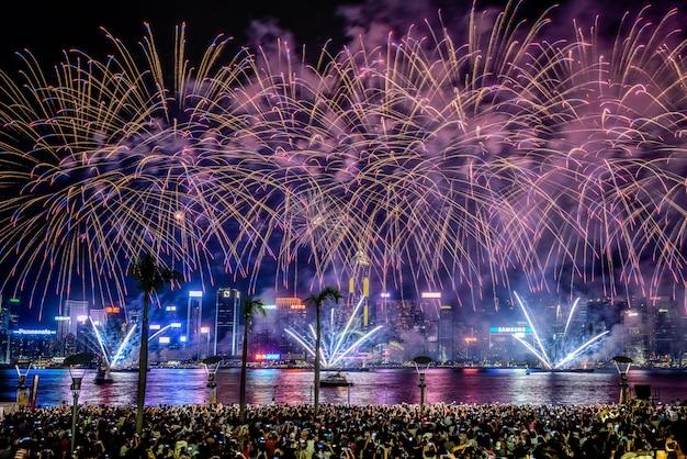 Piękny strzał kolorowi wibrujący fajerwerki na nocnym niebie podczas wakacji