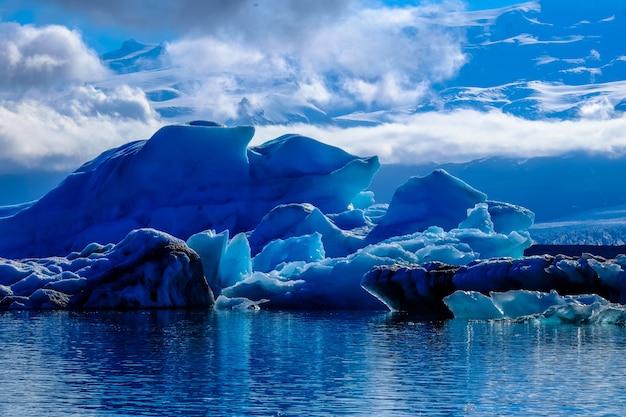Piękny strzał lodowiec w wodzie pod chmurnym niebem