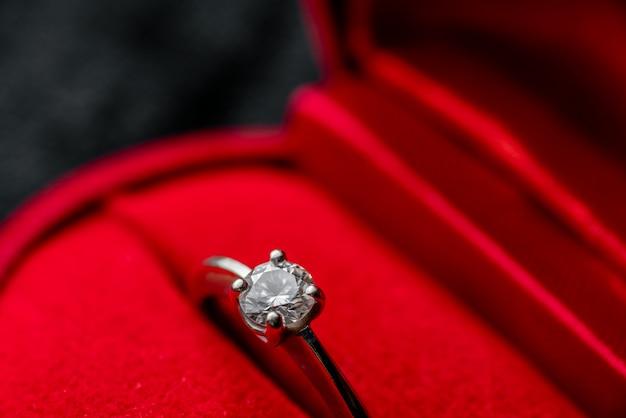Piękny strzał makro pierścionek z brylantem w czerwonym polu