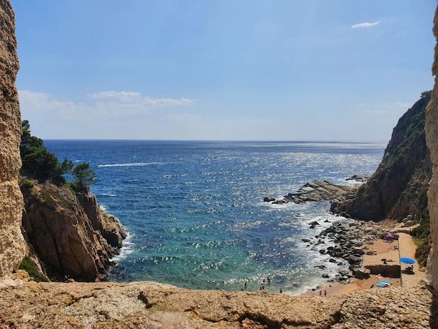 Piękny strzał morze blisko falez z niebieskim niebem w tle przy dniem