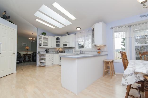 Piękny strzał nowoczesna domowa kuchnia