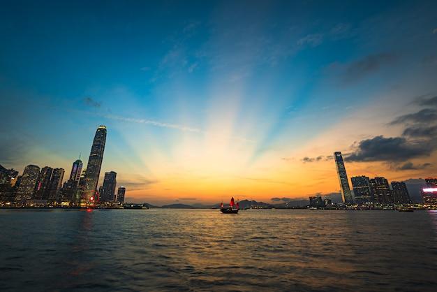 Piękny strzał nowoczesnej architektury miejskiego miasta z zapierającym dech w piersiach niebem i jeziorem