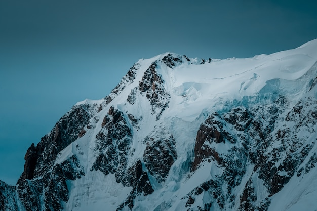 Piękny strzał śnieżna góra z jasnym niebem