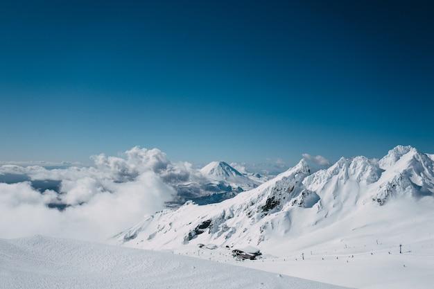 Piękny strzał z góry ngauruhoe z pola narciarskiego whakapapa pod błękitne niebo