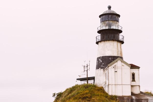 Piękny strzał z latarni morskiej cape rozczarowanie w pobliżu rzeki columbia w stanie waszyngton