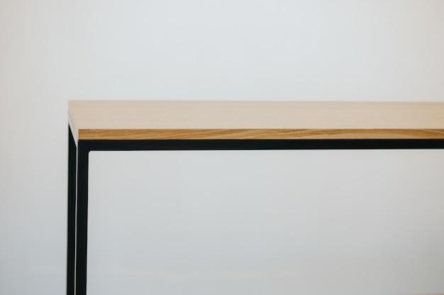 Piękny strzał z nowoczesną drewnianą półkę na białym tle na białym tle
