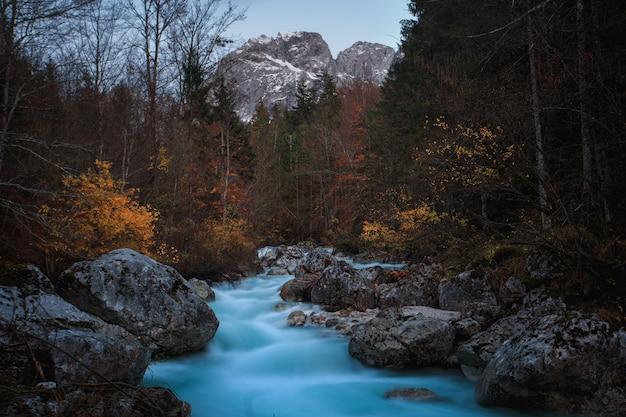 Piękny strzał z parku narodowego triglav, słowenia jesienią