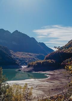 Piękny strzał z rzeki w górach otoczonej zielenią i niesamowitym niebem
