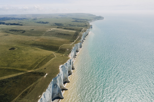 Piękny strzał z white cliffs of dover nad morzem