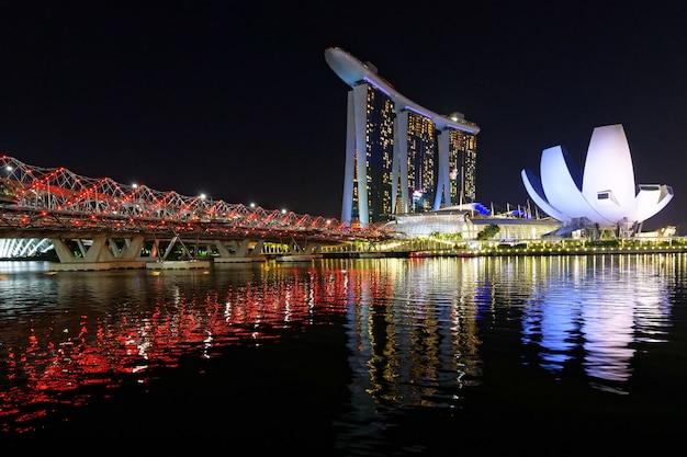 Piękny strzał z wysokich budynków architektonicznych singapuru marina bay sands i helix bridge