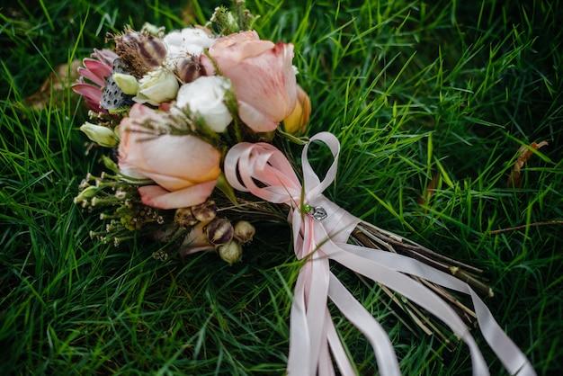 Piękny stylowy bukiet ślubny z bliska na krześle. florystyka ślubna.