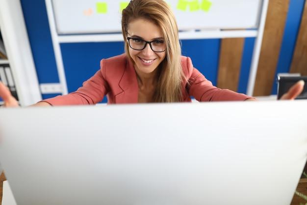 Piękny stylowy pracownik i komputer osobisty