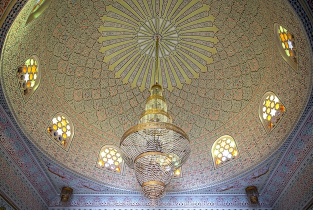 Piękny sufit w islamskim, muzułmańskim stylu z dużym żyrandolem i zabytkowymi oknami