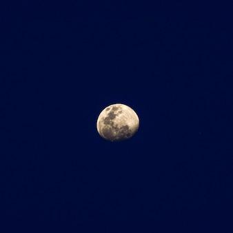 Piękny super księżyc świeci wieczorem